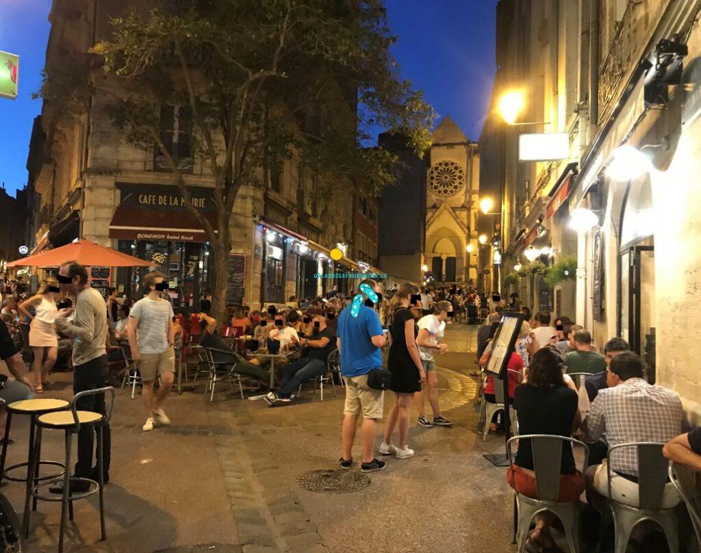 In der Nacht füllen sich die Gassen von Montpellier